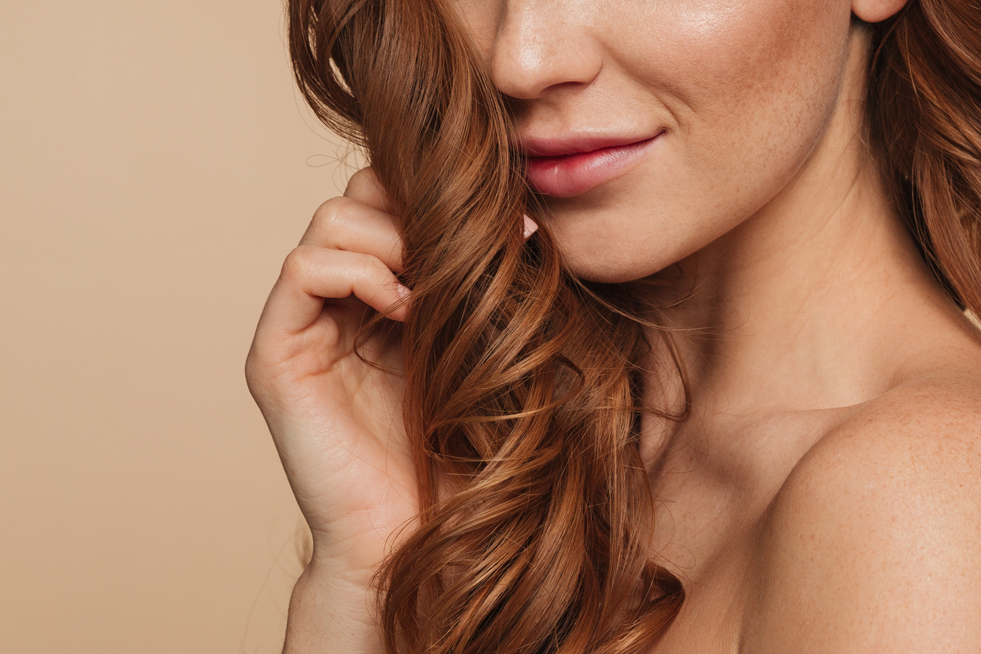 beauty-portrait-of-mystery-smiling-ginger-woman-with-long-hair-posing-sideways-and-looking